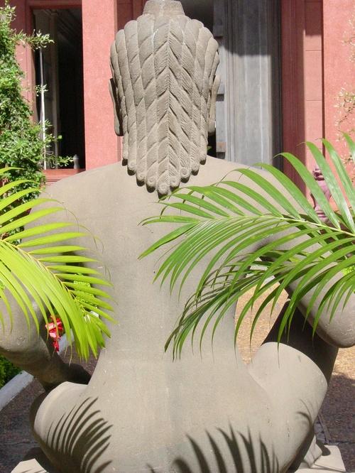 Phnom_phen_national_musuem_garden_buddha