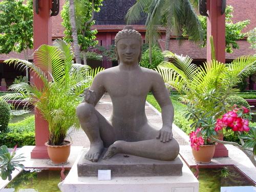 Phnom_phen_national_musuem_garden_buddha_1