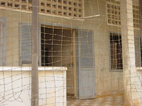 Phnom_phen_s21_barbed_wire