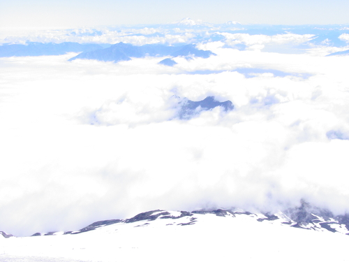 Pucon_volcano_view_above_the_clouds