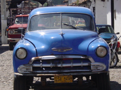 Giron_old_blue_car