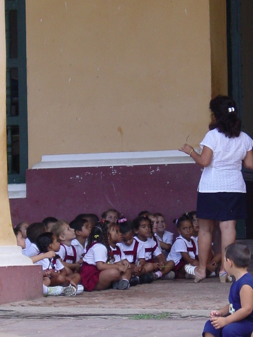 trinidad_plaza_mayor_school_kids_i
