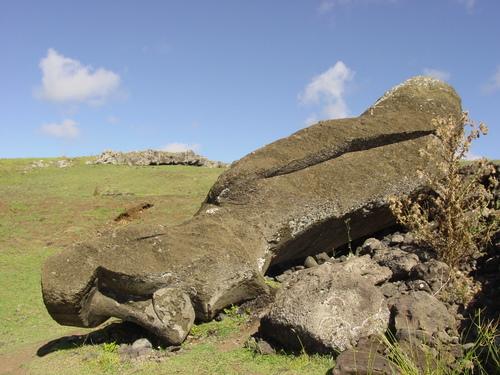 Fallen_moai