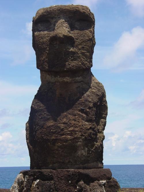 Moai_near_hanga_roa