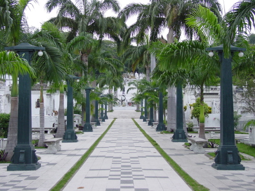 guayaquil_cemetary_path