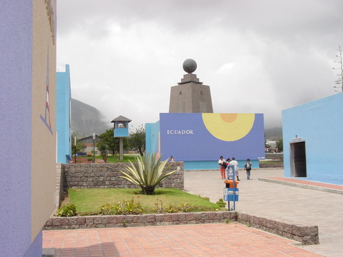 Quito_mitad_del_mundo_buildings