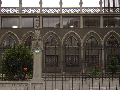Quito_new_city_church_gate