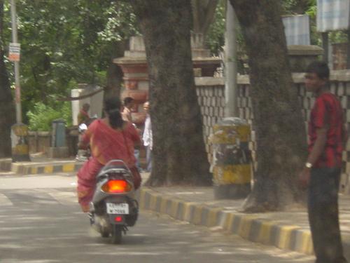 Bangalore_women_on_moped
