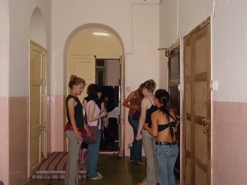 Mumbai_girls_getting_ready