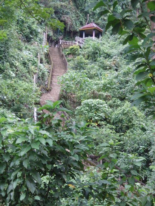Vang_vieng_tham_jang_stairs_to_cave