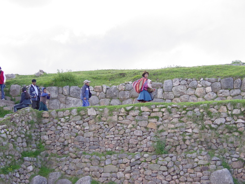 Cusco_site_i_woman_with_llama_i_wall
