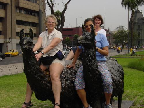 Lima_mom_carolyn_and_sharon_on_alpacas