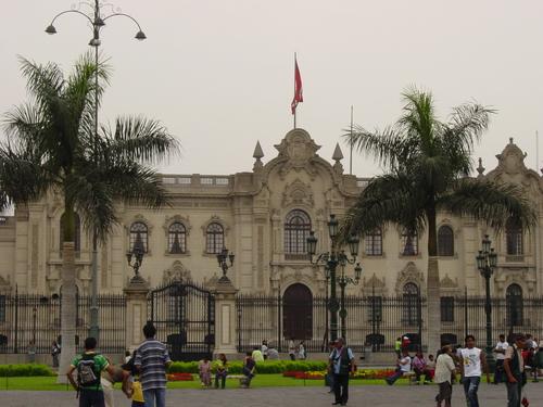 Lima_plaza_des_armes_palacio_de_gubernat