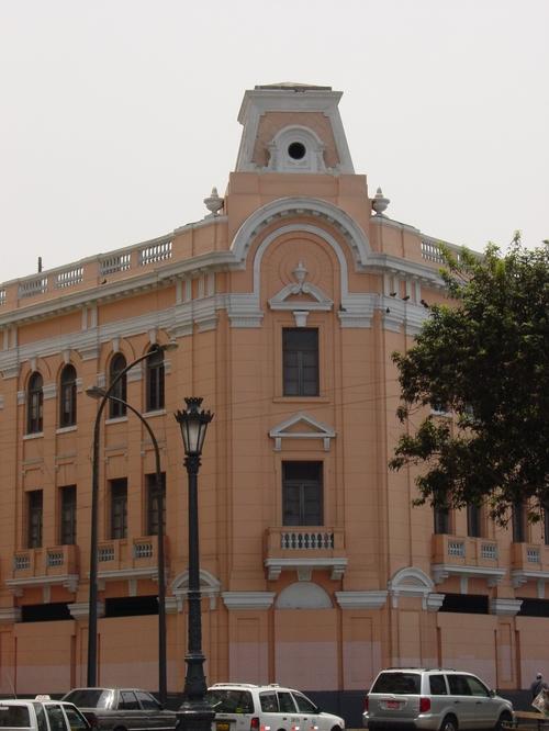 Lima_recoleta_church_pink_building