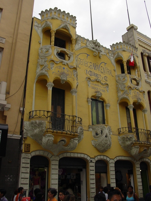 Lima_yellow_building_with_balcony