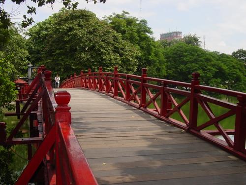 Hanoi_jade_moutain_temple_bridge