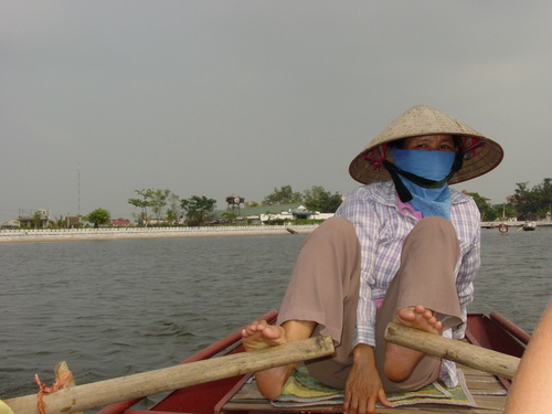 tam_coc_boat_woman_rowing_with_feet